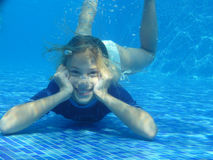 девушка ослабляя под водой Стоковое Изображение RF
