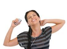 Девушка ослабляя путем слушая нот в наушниках Стоковое Изображение RF