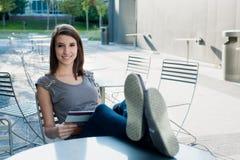 Девушка ослабляя снаружи Стоковое Изображение RF