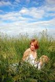 девушка ослабляя стоковая фотография