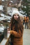 Девушка оставаясь на мосте Стоковое Изображение RF