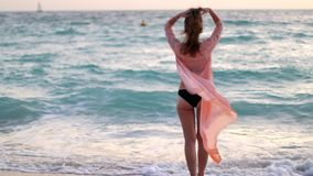 Девушка остается близко морем и ослаблять видеоматериал