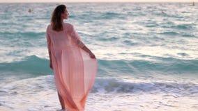 Девушка остается на пляже около моря акции видеоматериалы