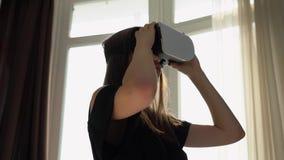 Девушка осторожно смотрит что-то в стеклах 3D видеоматериал