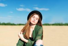 Девушка ослабляет на песчаном пляже на реке Стоковые Фотографии RF
