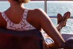 Девушка ослабляя в кресле для отдыха стоковое фото