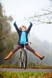 Девушка ослабляя в осеннем парке с велосипедом Стоковые Изображения