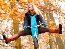 Девушка ослабляя в осеннем парке с велосипедом Стоковая Фотография RF