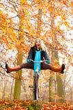 Девушка ослабляя в осеннем парке с велосипедом Стоковые Фотографии RF
