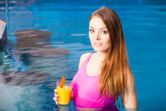 Девушка ослабляя на бассейне с питьем Стоковые Фотографии RF