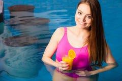 Девушка ослабляя на бассейне с питьем Стоковое фото RF