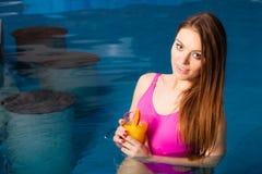 Девушка ослабляя на бассейне с питьем Стоковое Изображение RF