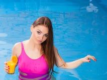 Девушка ослабляя на бассейне с питьем Стоковое Изображение