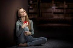 Девушка ослабляя дома стоковые изображения