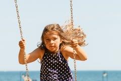 Девушка отбрасывая на набор качани Стоковое Изображение