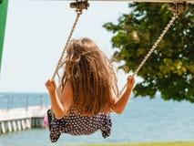 Девушка отбрасывая на набор качани Стоковая Фотография RF