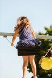 Девушка отбрасывая на набор качани Стоковая Фотография