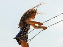 Девушка отбрасывая на набор качани Стоковое Изображение RF