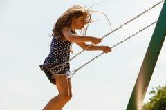 Девушка отбрасывая на набор качани Стоковые Фотографии RF