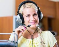 Девушка отвечая звонку службы технической поддержки и усмехаться стоковые изображения rf