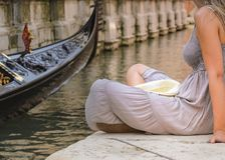 Девушка отдыхая на канале Венеции, Италии Стоковое Фото