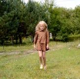 Девушка отдыхая на летний день стоковая фотография rf