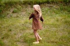 Девушка отдыхая на летний день стоковые фотографии rf