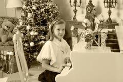 Девушка отжимает ключи рояля Стоковое фото RF
