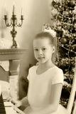 Девушка отжимает ключи рояля Стоковые Изображения RF