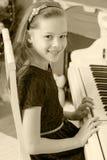Девушка отжимает ключи рояля Стоковое Изображение RF