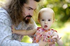 девушка отца младенца его детеныши удерживания Стоковое Фото