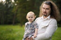 девушка отца младенца его детеныши удерживания Стоковая Фотография RF