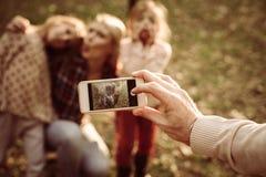 девушка отца семьи мальчика предпосылки обнимая его маленький супруга пруда парка мати человека Фокус в наличии Стоковые Изображения