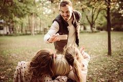 девушка отца семьи мальчика предпосылки обнимая его маленький супруга пруда парка мати человека принимать изображения Стоковая Фотография RF