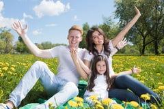 девушка отца семьи мальчика предпосылки обнимая его маленький супруга пруда парка мати человека Стоковое Изображение