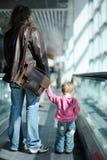 девушка отца эскалатора ее малыш стоковые фото
