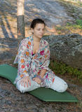 Девушка отдыхает на утесе Стоковая Фотография RF