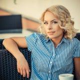 Девушка отдыхая в кафе Стоковое фото RF