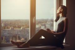 Девушка отдыхая и думая дома Стоковое Изображение RF
