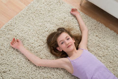 Девушка отдыхая на ковре после разминки Стоковое фото RF