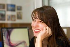 Девушка офиса красивейшего молодого брюнет ся стоковые изображения rf