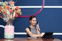 Девушка офиса, работник службы рисепшн, Clark, и азиатская бизнес-леди Стоковые Фотографии RF