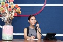 Девушка офиса, работник службы рисепшн, Clark, и азиатская бизнес-леди Стоковая Фотография RF