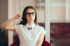 Девушка офиса с большими пальцами руки вниз невзлюбит жест неутверждения стоковое изображение rf