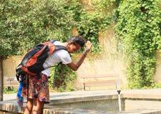 Девушка охлаждая в фонтане Стоковые Изображения