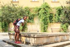 Девушка охлаждая в фонтане Стоковые Фотографии RF