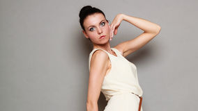 Девушка очарования в белом платье на сером цвете Стоковые Фото