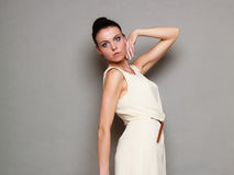 Девушка очарования в белом платье на сером цвете Стоковая Фотография RF