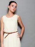 Девушка очарования в белом платье на сером цвете Стоковые Изображения