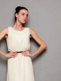 Девушка очарования в белом платье на сером цвете Стоковое Изображение RF